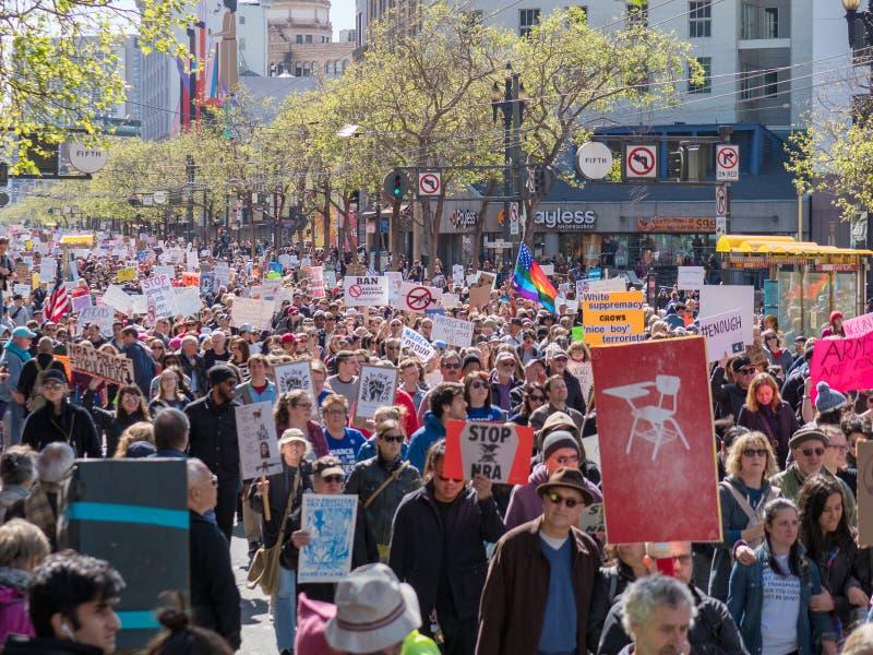 Los manifestantes marchan en marzo por nuestras vidas se reúnen en San Francisco imagen de archivo