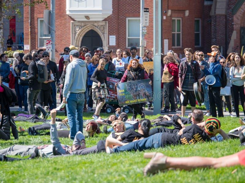 Los manifestantes montan para una reunión de la anti-piel imagen de archivo libre de regalías