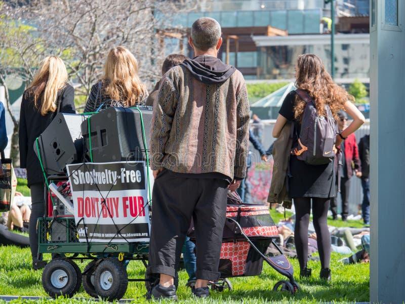 Los manifestantes montan para una reunión de la anti-piel en San céntrico Fra fotos de archivo