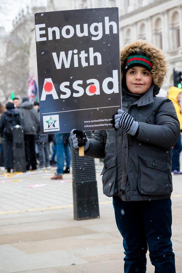 Los manifestantes sirios antis de presidente Assad marchan en Londres central foto de archivo libre de regalías