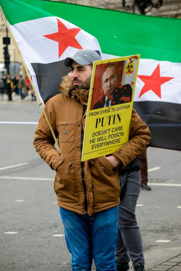 Los manifestantes sirios antis de presidente Assad marchan en Londres central fotos de archivo