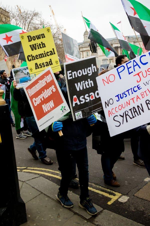 Los manifestantes sirios antis de presidente Assad marchan en Londres central fotografía de archivo libre de regalías