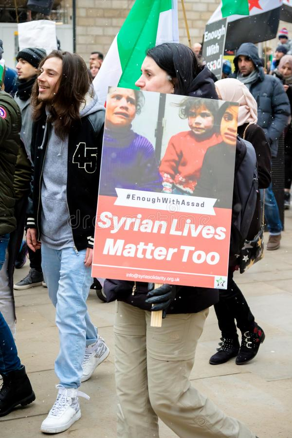 Los manifestantes sirios antis de presidente Assad marchan en Londres central imagenes de archivo