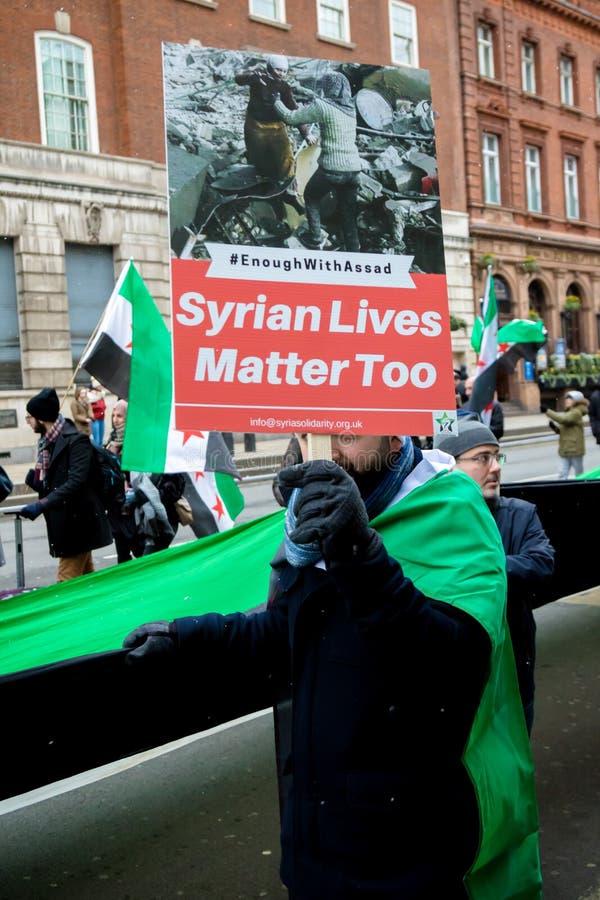 Los manifestantes sirios antis de presidente Assad marchan en Londres central foto de archivo