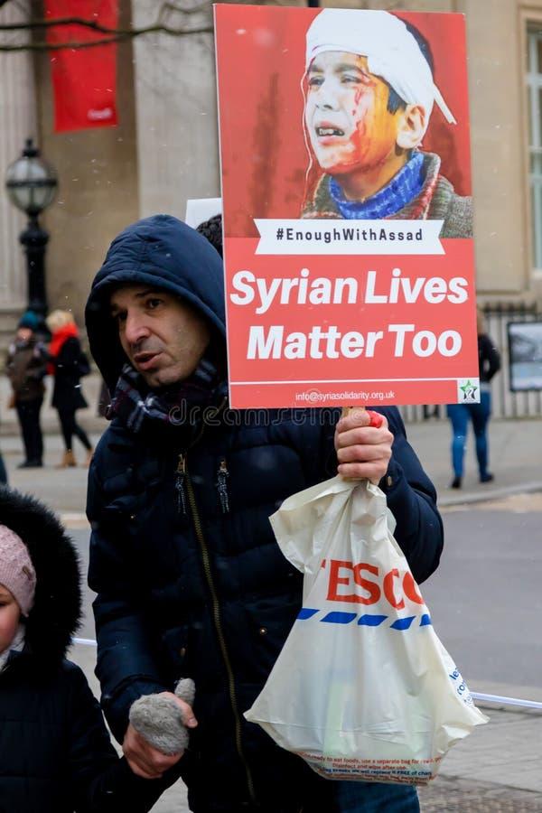Los manifestantes sirios antis de presidente Assad marchan en Londres central fotografía de archivo