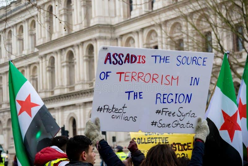 Los manifestantes sirios antis de presidente Assad marchan en Londres central imagen de archivo libre de regalías