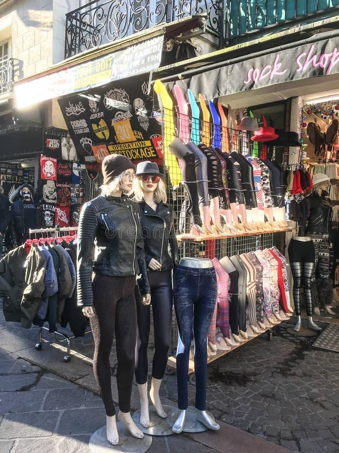 Los maniquíes brillan intensamente en luz de la tarde del invierno delante de una tienda de la ropa en París, Francia fotografía de archivo libre de regalías