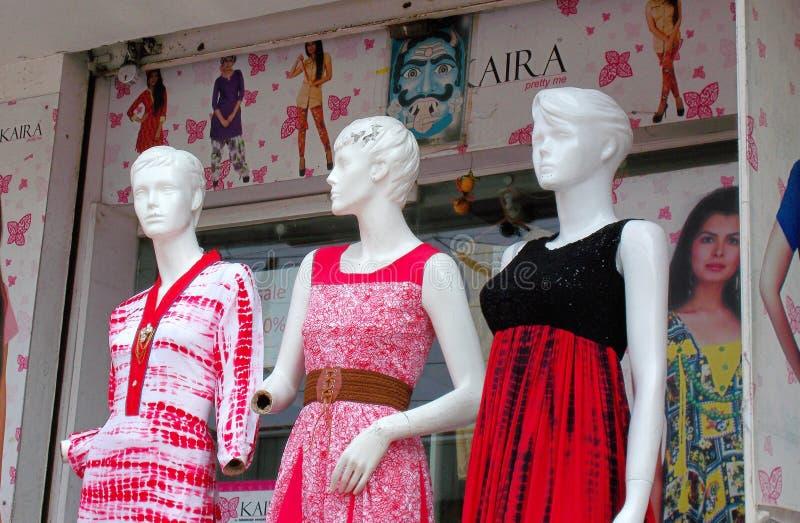 Los maniquíes se vistieron con la última moda delante de la tienda al por menor de la ropa foto de archivo libre de regalías