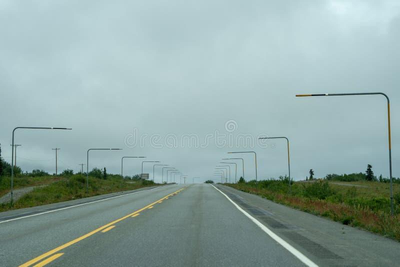 Los marcadores de la nieve a lo largo del borde del ` s Glenn Highway de Alaska dirigen sno imagenes de archivo