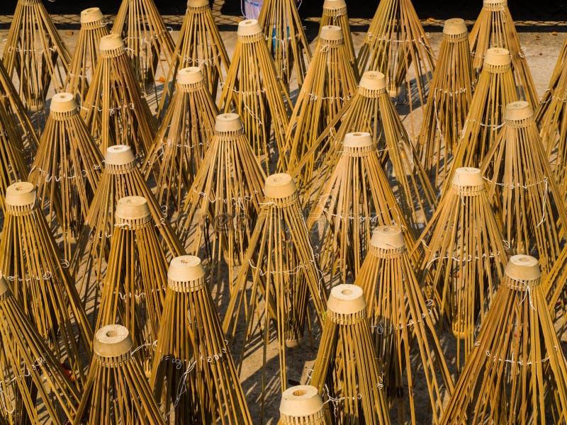 Los marcos de bambú del paraguas de papel se secaron en luz del sol foto de archivo