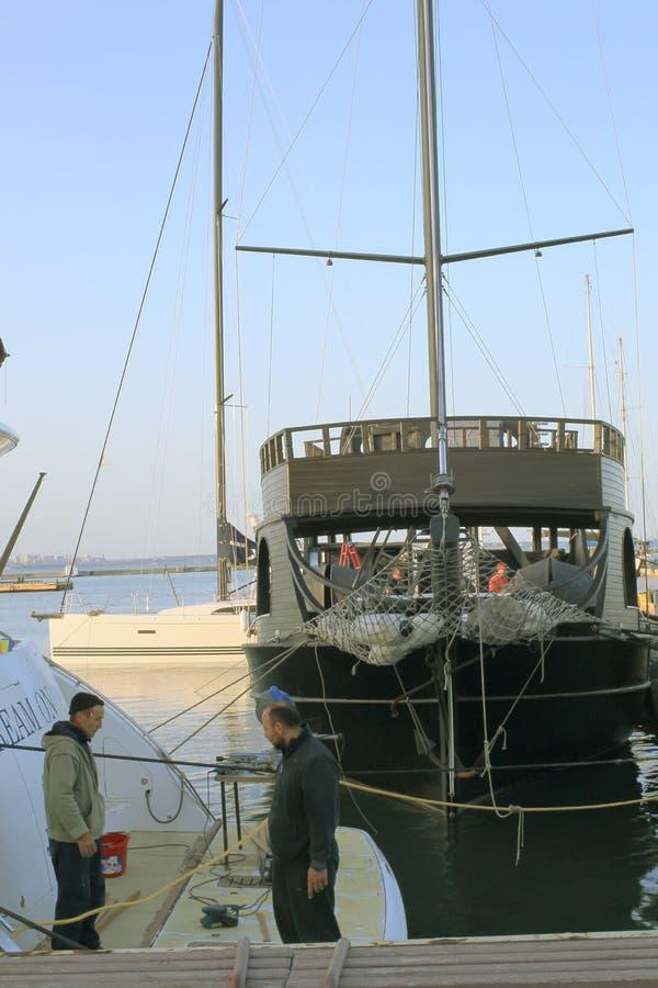 Los marineros comunican en el puerto contra la perspectiva de las naves imagen de archivo