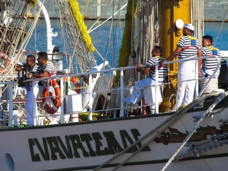 Los marineros descansan sobre la cubierta de un velero fotos de archivo libres de regalías