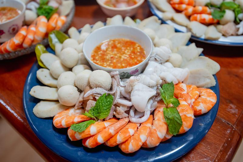 Los mariscos cocidos al vapor, bola de pescados, calamar, camarón sirvieron con la salsa picante, comida tailandesa imagenes de archivo