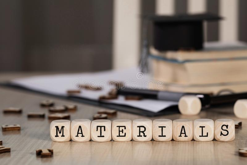 Los MATERIALES de la palabra integrados por de madera cortan en cuadritos imagen de archivo