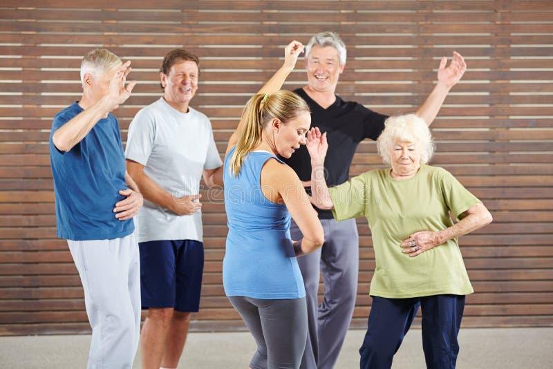 Los mayores aprenden bailar en la clase de danza imagen de archivo
