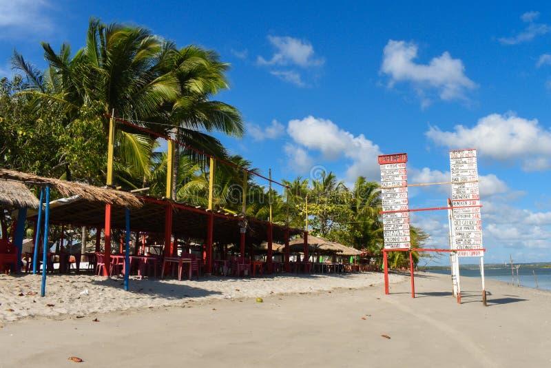 Los menús de la barra de la playa en Coroa hacen el islote de Aviao, destino popular en la costa del norte de la isla de Itamarac foto de archivo