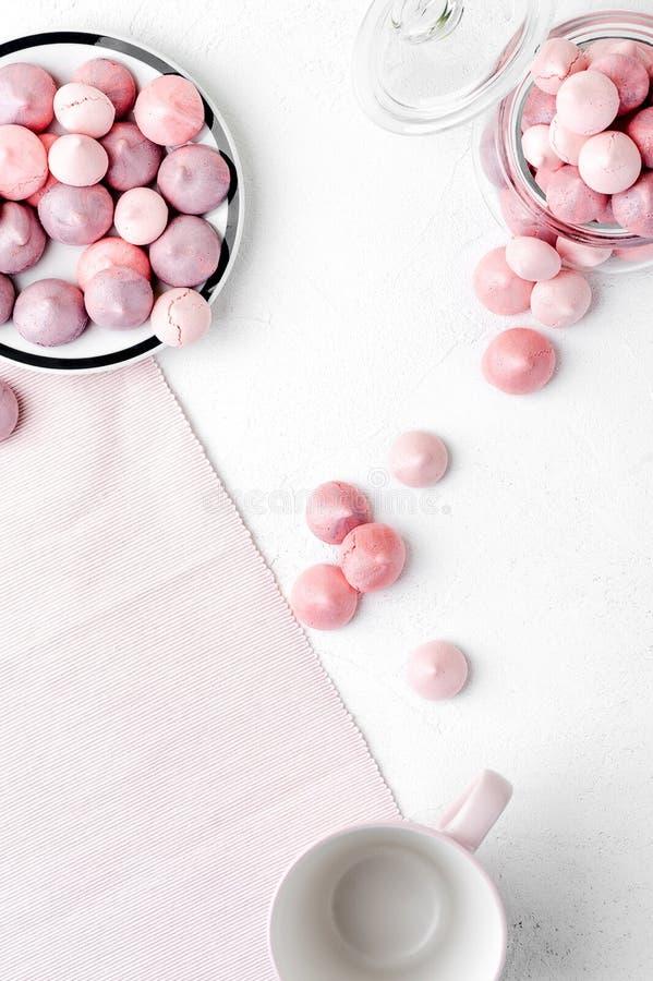 Los merengues multicolores en púrpura y pican suavemente colores en un whi imagen de archivo libre de regalías