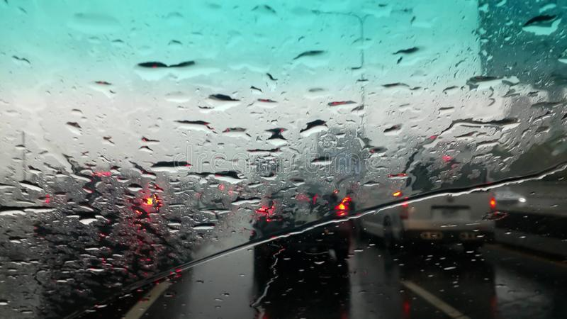 Los meses del verano de las fuertes lluvias de abril debido al verano asaltan foto de archivo