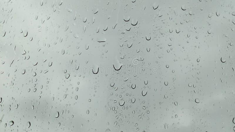 Los meses del verano de las fuertes lluvias de abril debido al verano asaltan imagen de archivo libre de regalías