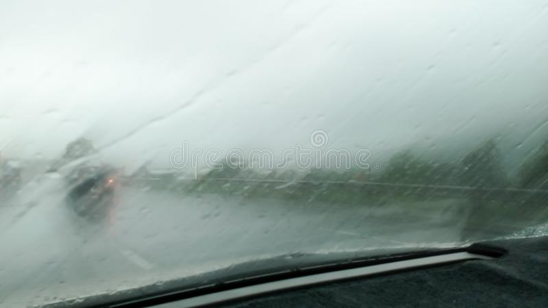 Los meses del verano de las fuertes lluvias de abril debido al verano asaltan imagenes de archivo