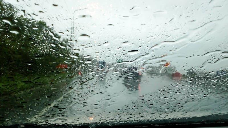 Los meses del verano de las fuertes lluvias de abril debido al verano asaltan fotos de archivo