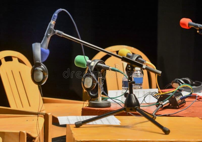 Los micrófonos y los auriculares se preparan para las entrevistas en escena imagen de archivo libre de regalías