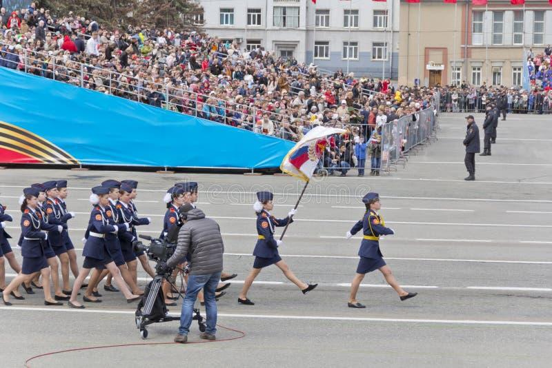 Los midshipmans rusos de la mujer marchan en el desfile en la victoria anual imagen de archivo