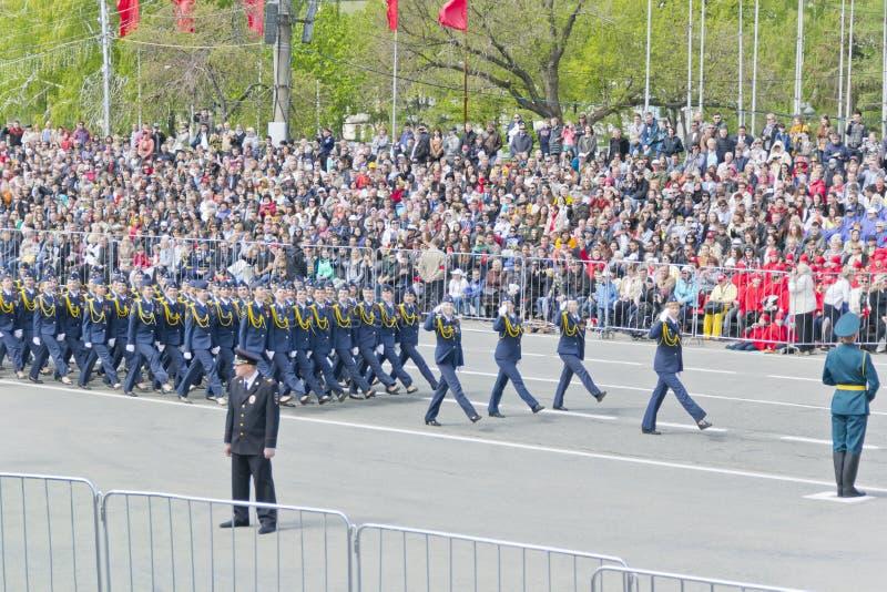 Los midshipmans rusos de la mujer marchan en el desfile en la victoria anual fotos de archivo libres de regalías
