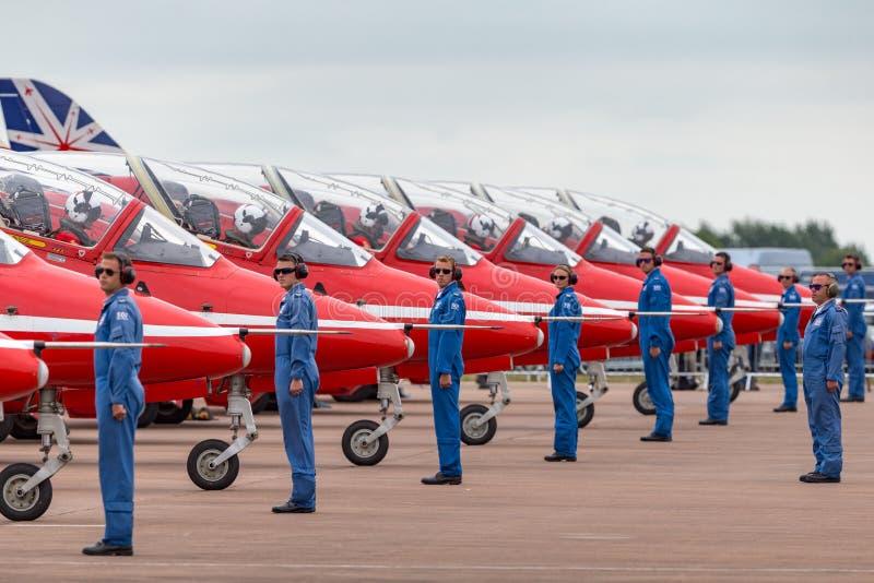 Los miembros del equipo de tierra de Royal Air Force RAF Red Arrows dan direcciones a los pilotos en su halcón T del espacio aére imagen de archivo