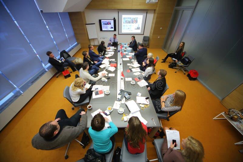 Los miembros discuten en el desayuno del negocio fotos de archivo libres de regalías