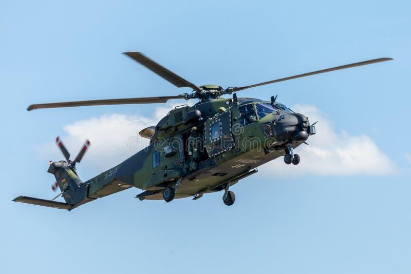 Los militares alemanes transportan el helicóptero, NH 90 imagen de archivo