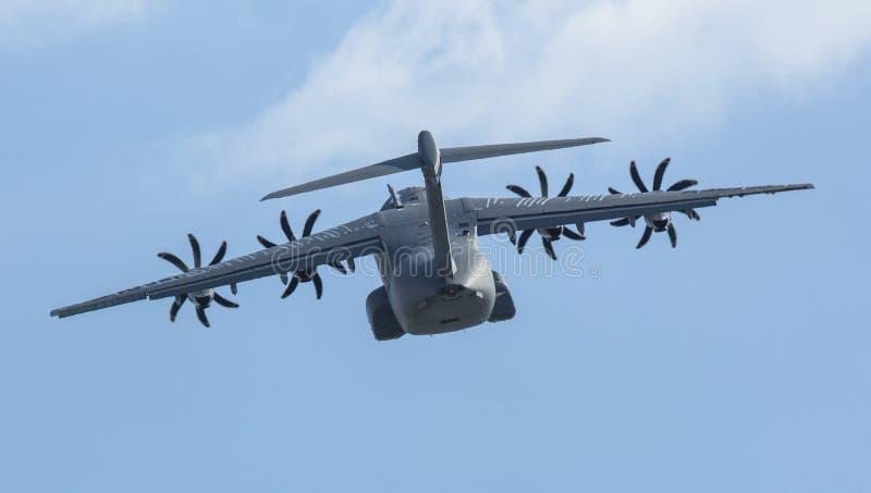Los militares cuadrimotores del turbopropulsor transportan la demostración de Airbus A400M (Francia) de los aviones imagen de archivo libre de regalías