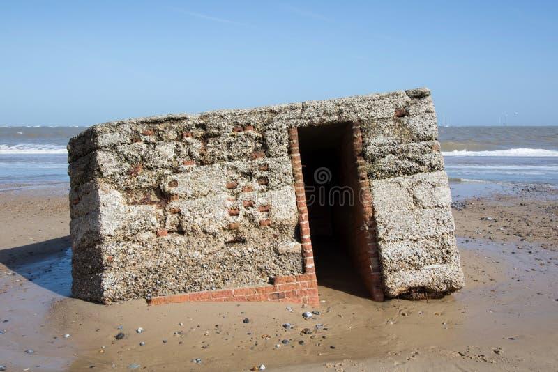 Los militares de la defensa de playa de la guerra mundial 2 estructuran Edificio arruinado fotografía de archivo