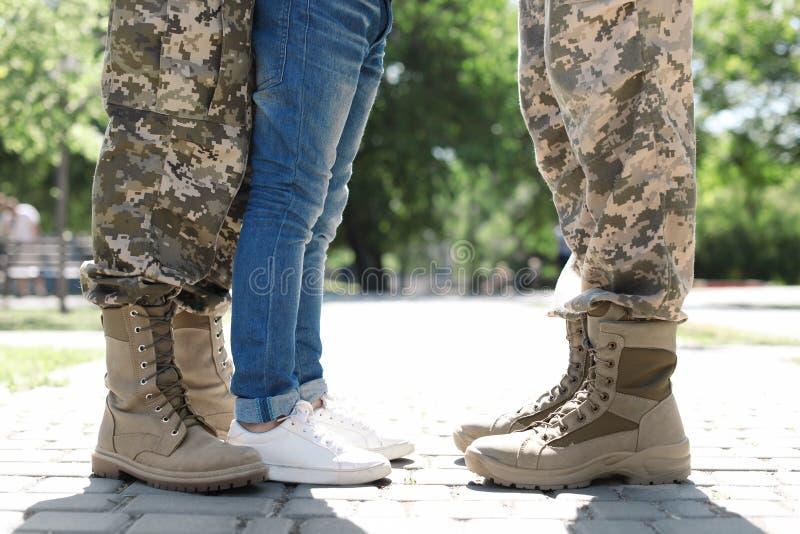 Los militares se juntan con su hijo en parque foto de archivo libre de regalías