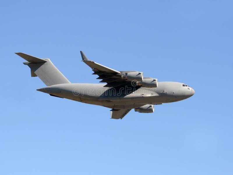 Los militares transportan el aeroplano fotografía de archivo