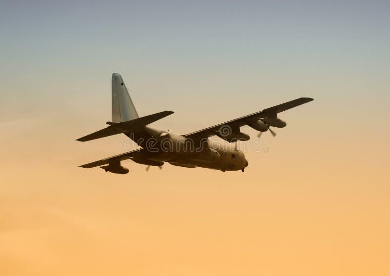 Los militares transportan los aviones imagen de archivo