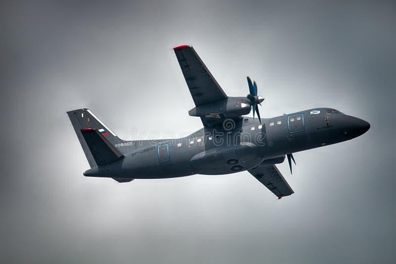 Los militares ucranianos de An-140T transportan los aviones fotografía de archivo libre de regalías