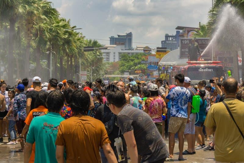Los millares de gente celebraban el día pasado de Songkran, fotografía de archivo