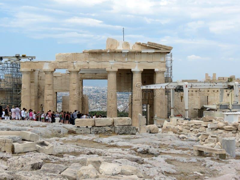 los millares de turistas visitan la acrópolis cada año imagen de archivo