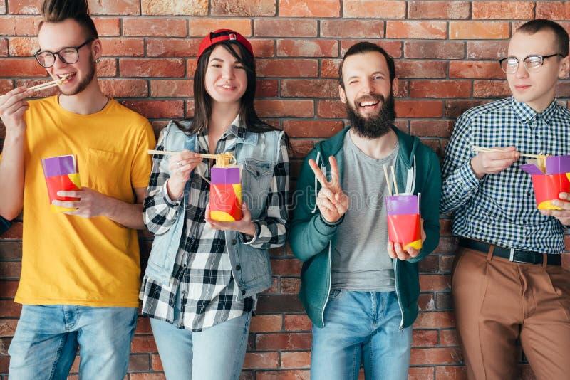 Los millennials diversos del equipo del negocio almuerzan los tallarines imágenes de archivo libres de regalías