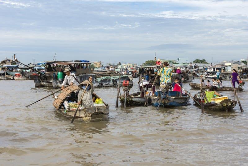 Los minoristas se acercan al mercado flotante de Cai Rang imagen de archivo libre de regalías