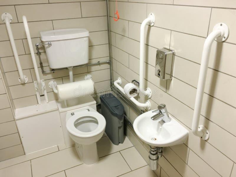 Los minusválidos ayudaron a las tejas del retrete del cuarto de baño y a los carriles neutrales del gancho agarrador del blanco fotos de archivo libres de regalías