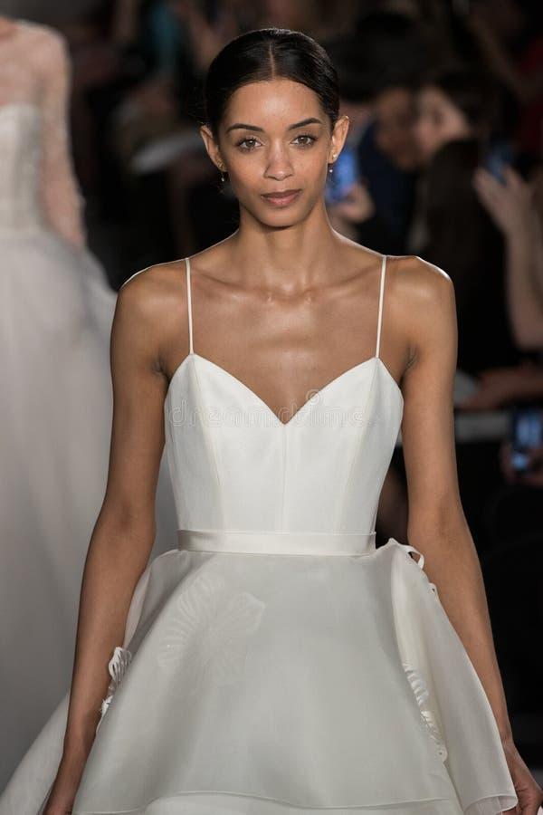 Los modelos caminan el final de la pista durante la colección nupcial de la moda de la primavera 2020 de Amsale imagenes de archivo
