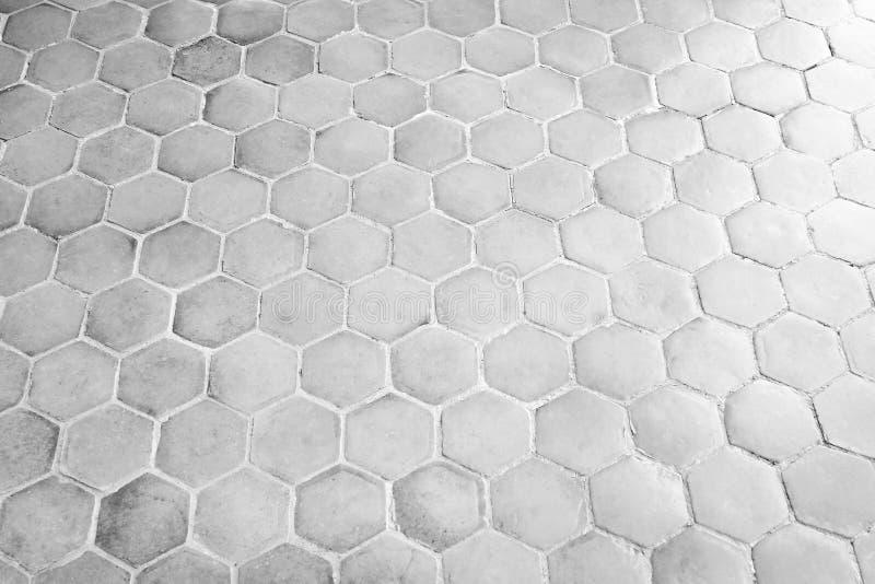 Los modelos del hexágono emergen en viejo fondo concreto del piso imagen de archivo