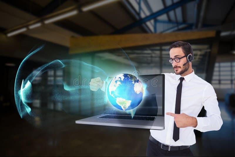 los modelos que llevan el sistema de la cabeza están mostrando imagen digital contra fondo de la oficina imágenes de archivo libres de regalías