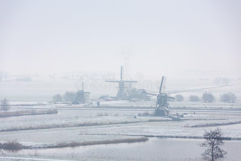 Los molinoes de viento en el Doespolder en el pueblo de Leiderdorp fotografía de archivo