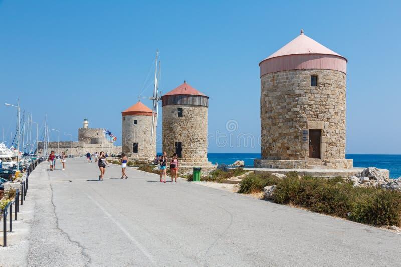 Los molinoes de viento en Mandreki aúllan, Rodas, Grecia imagenes de archivo