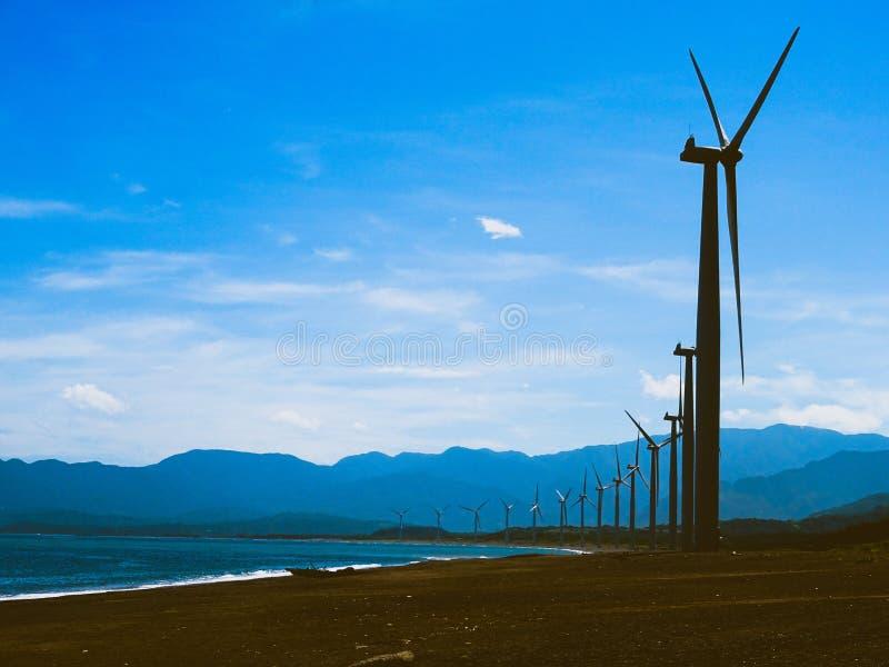 Los molinoes de viento y el mar imagen de archivo libre de regalías