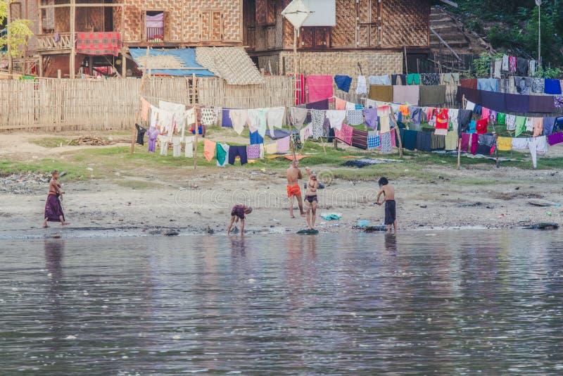 Los monjes birmanos se bañan en la orilla fotos de archivo