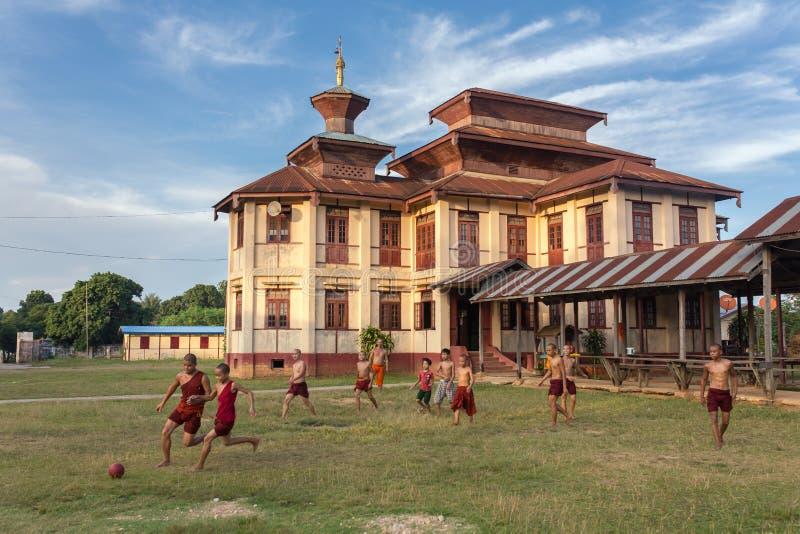Los monjes budistas burmese no identificados juegan a fútbol cerca del monasterio en Hsipaw, Birmania foto de archivo